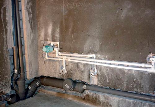Монтаж труб канализации в ванной в Москве