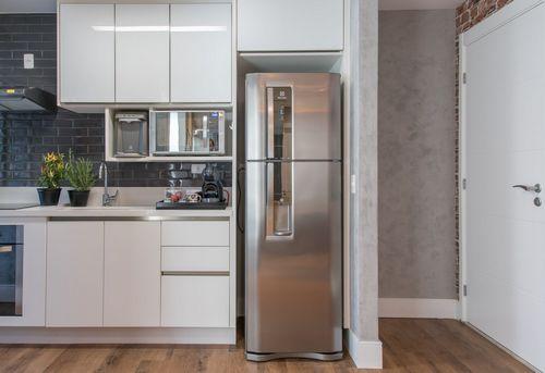 Установка холодильника в нишу в Москве