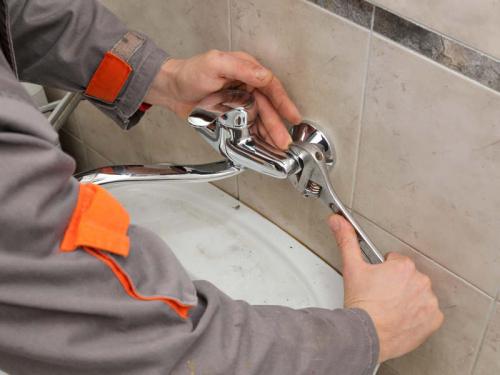 Установка смесителя в ванной в Москве