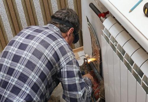 Замена радиатора отопления в квартире в Москве